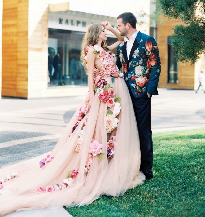 Пышное платье с объемными цветами.