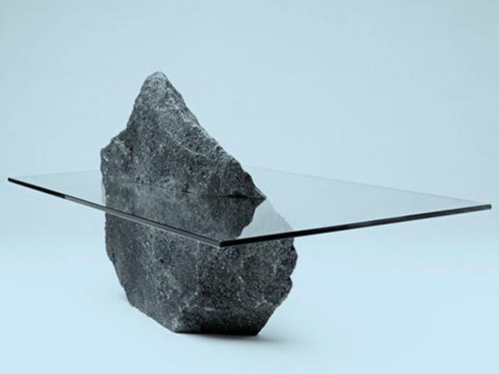 Стол из камня и стекла.