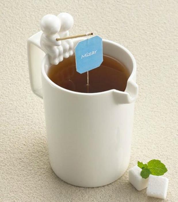 Забавная чашка с удобным приспособлением для отжима чайных пакетиков.