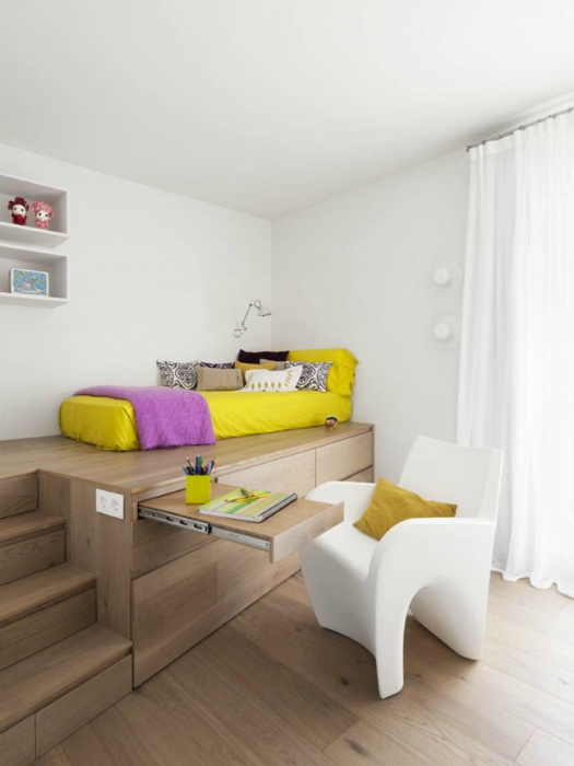 Белоснежная комната с деревянным подиумом.