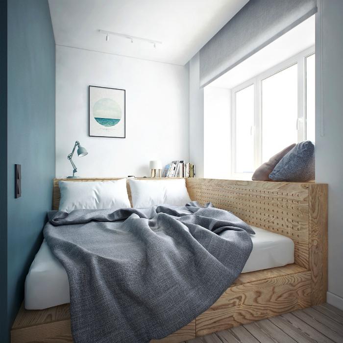 Кровать на подиуме в интерьере маленькой спальни.