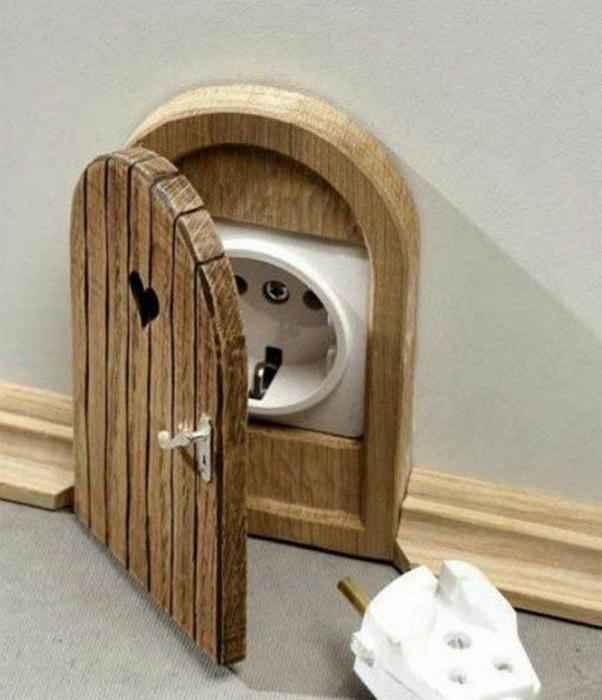 Крышка для розетки в виде дверцы.