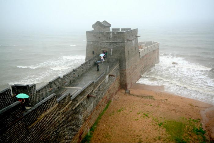 Начало Стены возле города Шаньхайньгуань в провинции Хэйбэй.