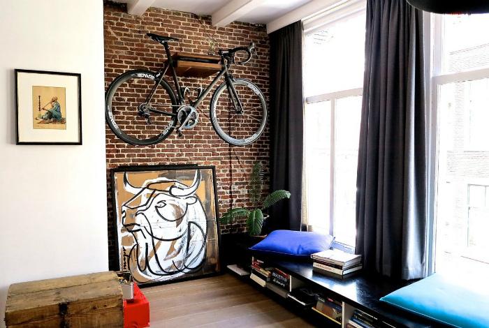 Велосипед на стене.