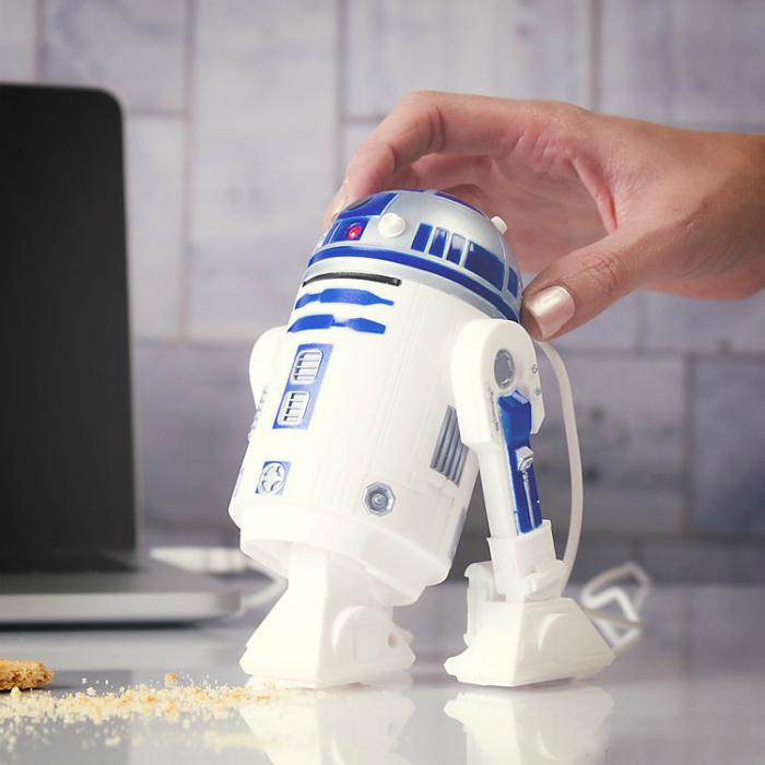 Компактный робот-пылесос, который запросто уберет крошки или другой мелкий мусор со стола или мебели.