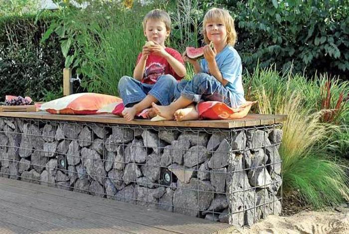 Садовая скамья из габиона.