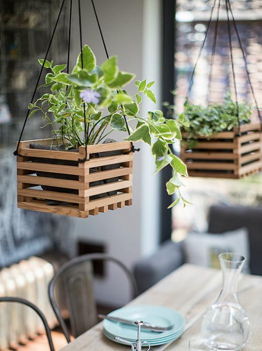 Подвесные горшочки в декоративных ящиках.