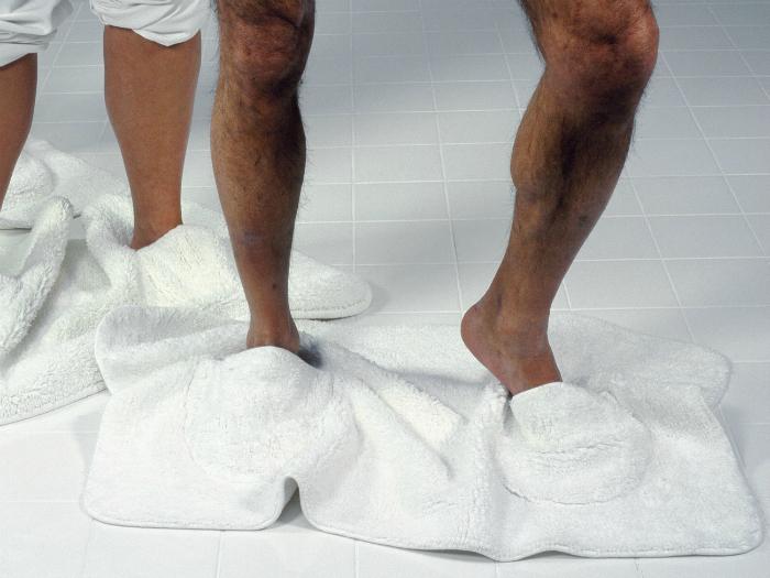 Коврик с отверстиями для ног.