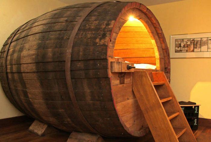 Уютное место для отдыха в бочке.
