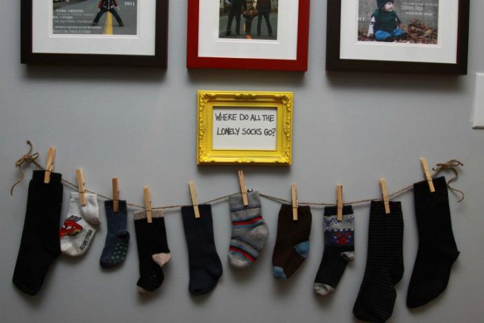Забавная композиция из одиноких носков.