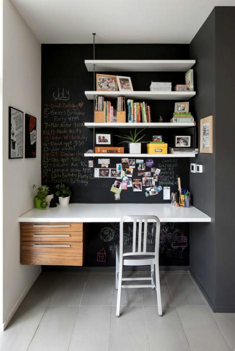 Офис с меловой стеной.