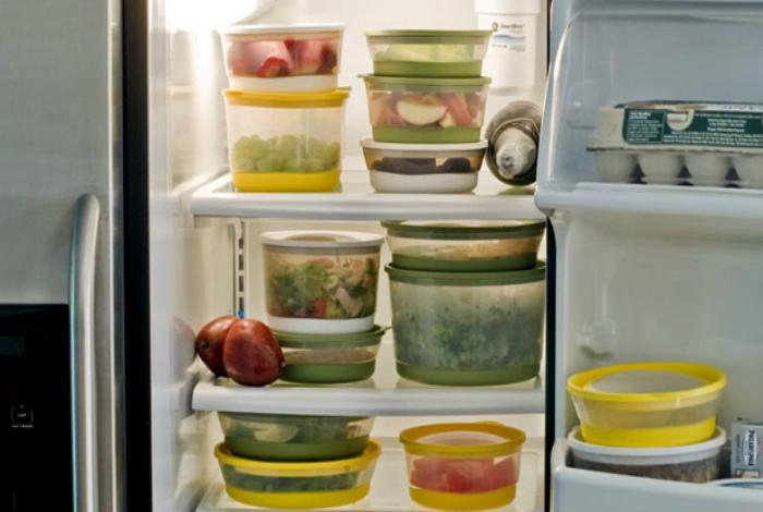 Сортируйте содержимое холодильника.