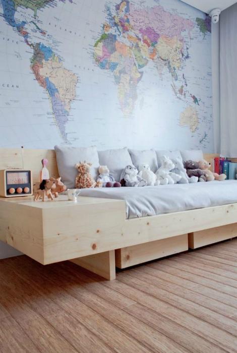 Детская с картой мира на стене.