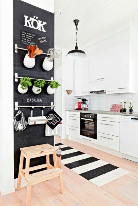 Грифельная наклейка в интерьере кухни.