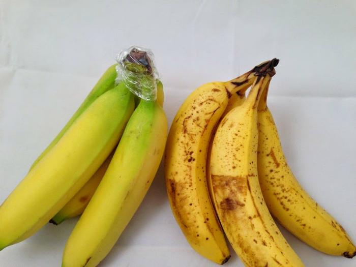 Чтобы бананы не чернели, замотайте черенок связки пищевой пленкой.