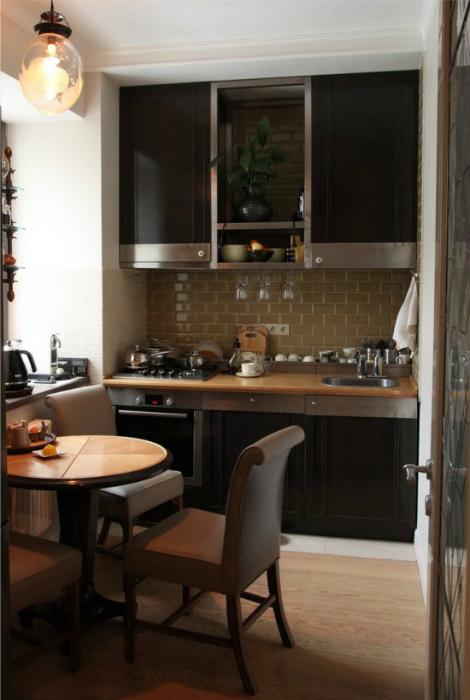 Маленькая кухня в темных тонах.