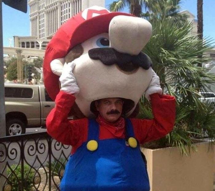 Супер Марио под костюмом Супер Марио.
