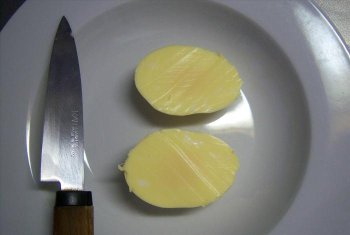 Вареное яйцо желтого цвета, которое можно сделать, хорошенько взболтнув сырое яйцо перед варкой.