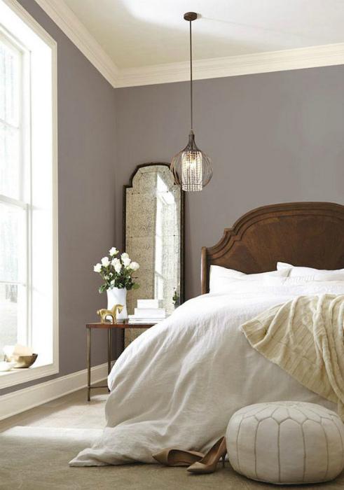 Спальня с серо-коричневыми обоями.