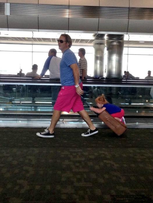 Отличный способ развлечь и не потерять ребенка в аэропорту.