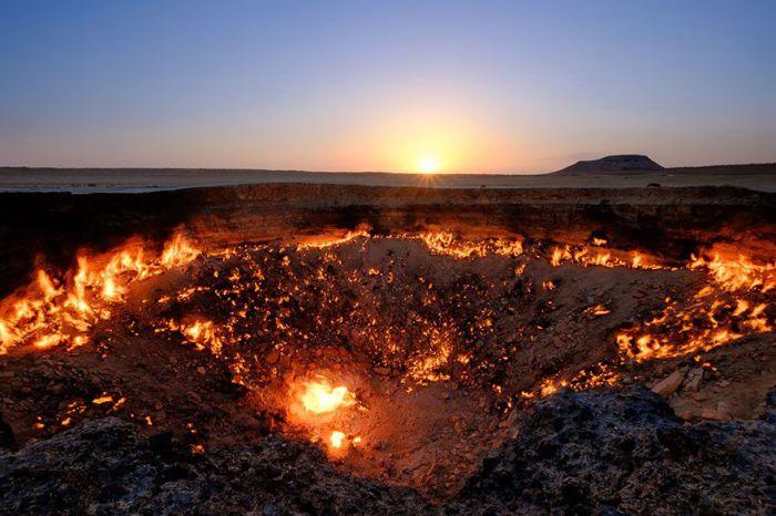 Местные жители и путешественники называют его «Вратами Ада». 1971 году земля провалилась в подземную каверну, а пустота полностью заполнилась газом. Чтобы предотвратить распространение вредных веществ, ученые предложили поджечь его. Огонь в кратере горит до сих пор.
