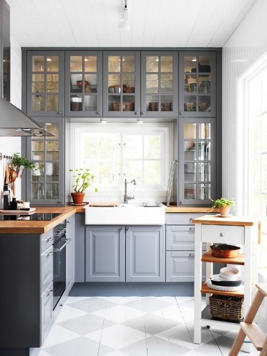 Маленькая кухня с оригинальными серыми шкафчиками.