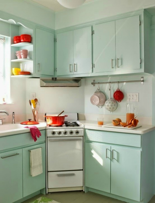 Небольшая угловая кухня в пастельных тонах.