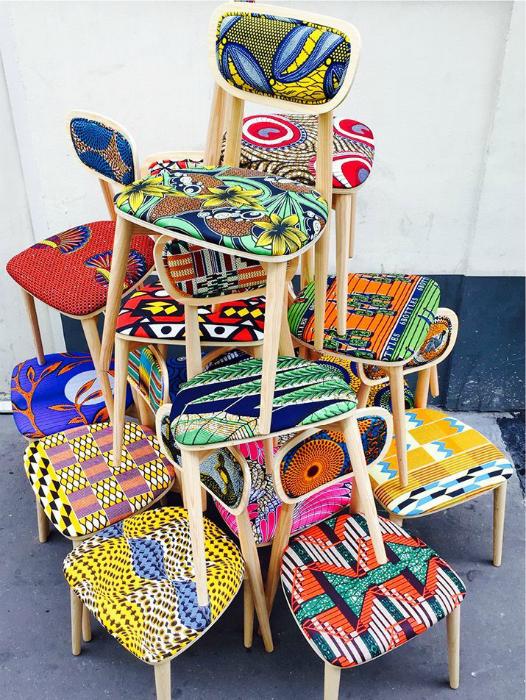 Яркая обивка стульев.