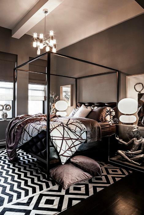 Современная спальня с обилием графических элементов.