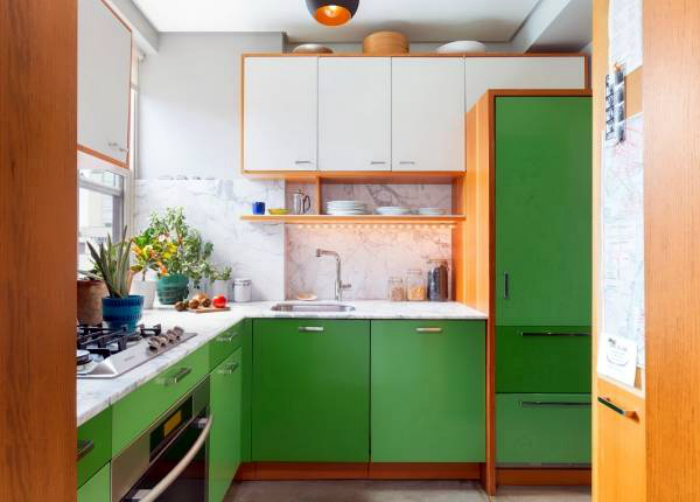 Жизнерадостная кухня с зелеными шкафчиками.