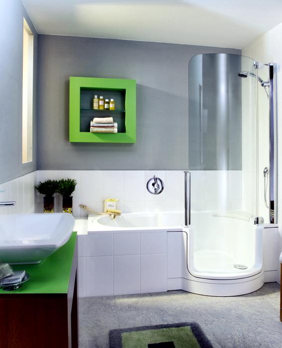 Светлый санузел с оригинальной ванной.