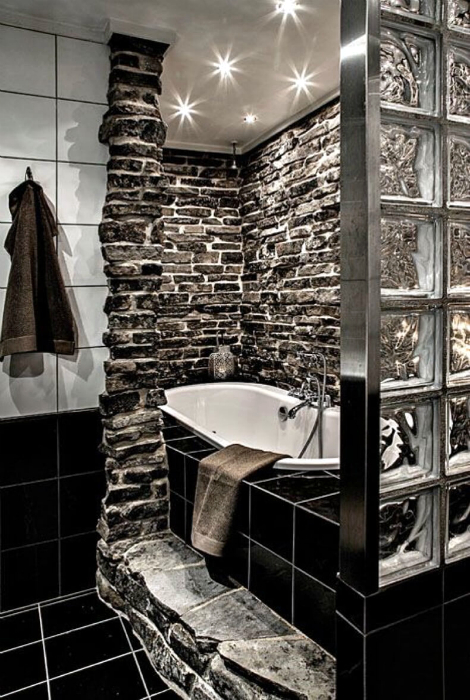 Ванная комната, украшенная каменной кладкой.