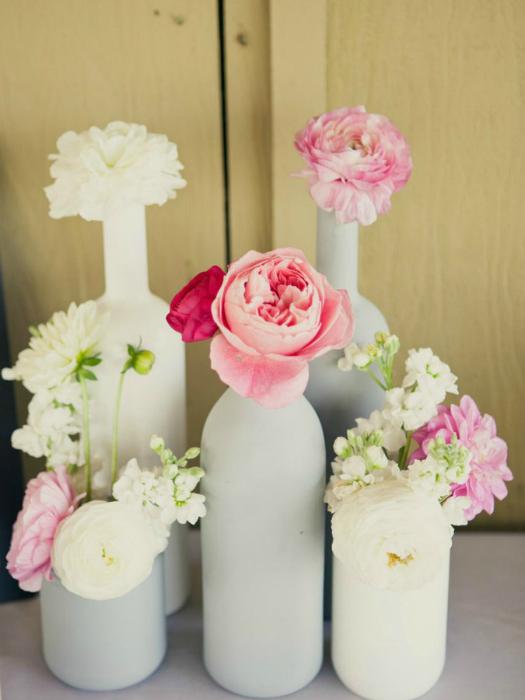 Разукрашивайте винные бутылки в разные цвета и используйте их, как вазы.