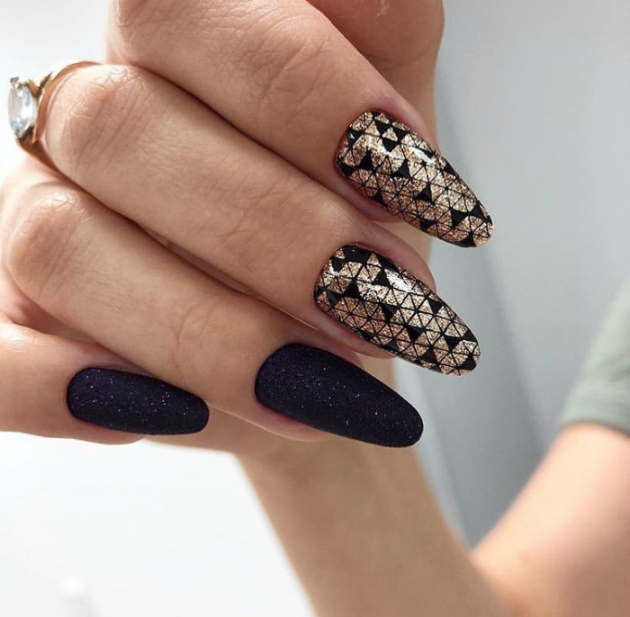 Пиксельный дизайн на ногтях.