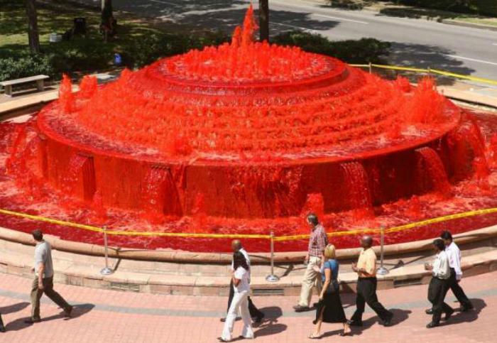 Красный фонтан в Хьюстоне.