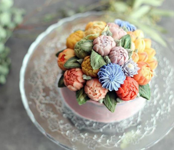 Торт, украшенный пионами.