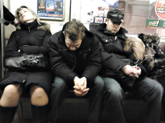 Бодрые пассажиры метро.