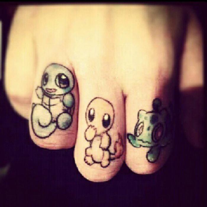 Tatuajes con Pokemon en los dedos.