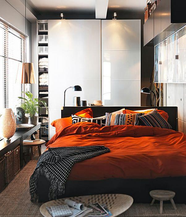 Кровать посередине комнаты.
