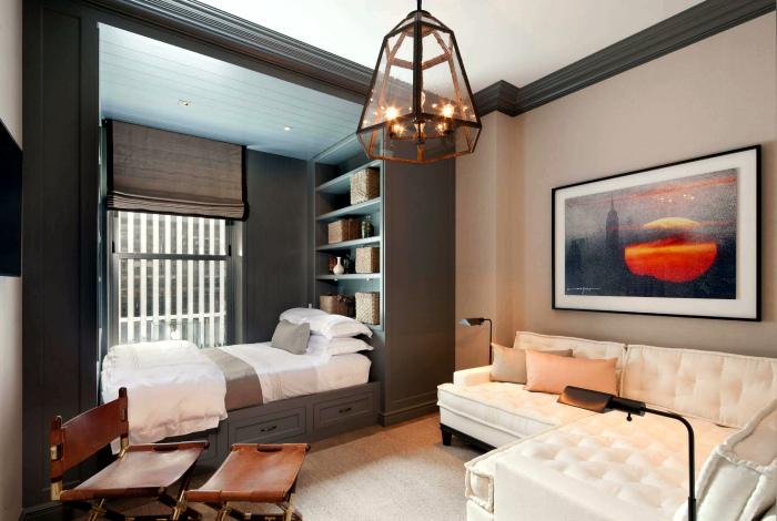Гостиная со встроенной кроватью у окна.