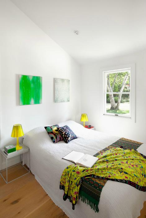 Белоснежная спальня с яркими акцентами.