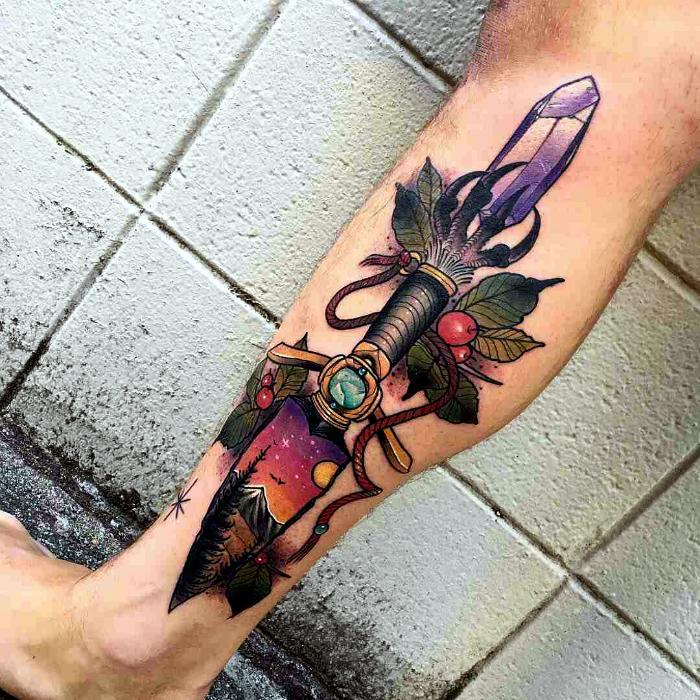 Красочная татуировка с изображением ножа.