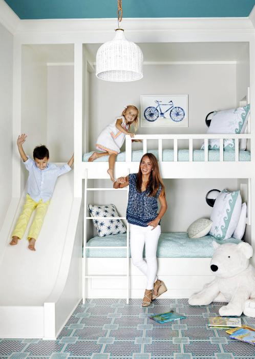 Современная спальня с двухэтажной кроватью и горкой.