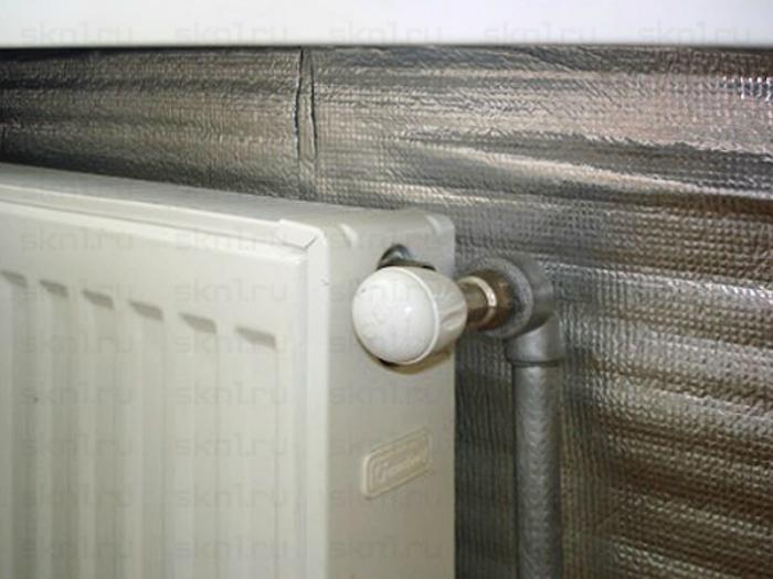 Теплоотражающий экран из фольгированного утеплителя поможет повысить температуру в помещении на несколько градусов.