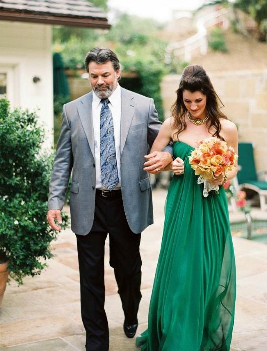 Струящееся платье зеленого цвета.