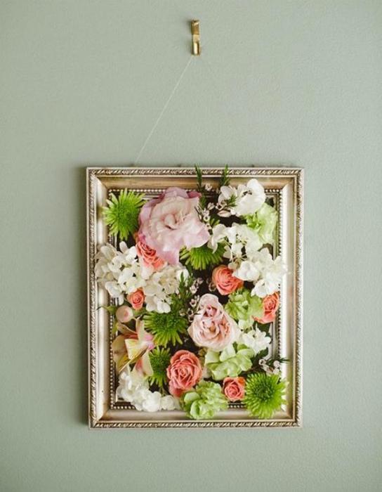 Композиция из цветов в рамке.
