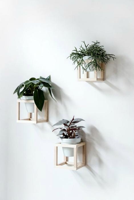 Деревянные подставки для цветочных горшков.