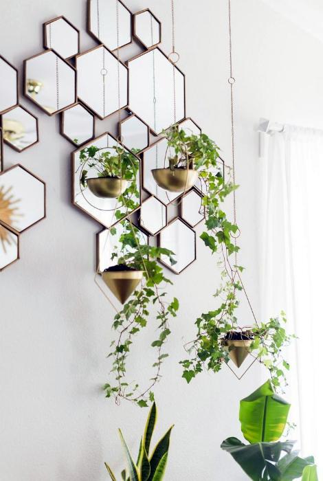 Необычные зеркала и подвесные горшки.