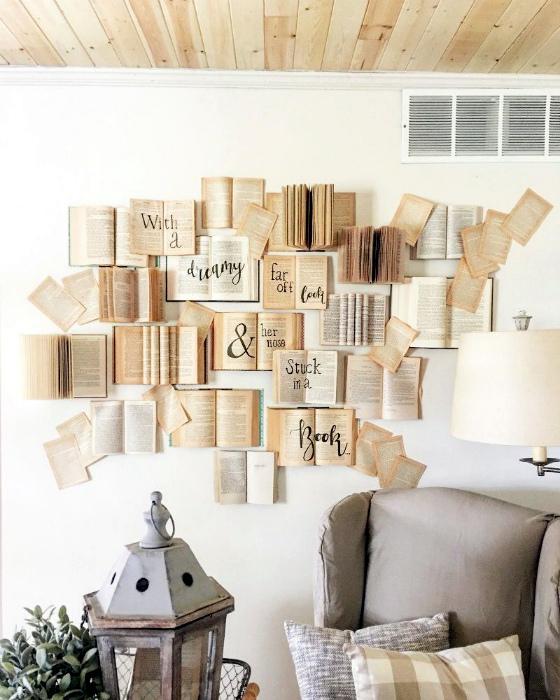Акцентная стена, украшенная книгами.