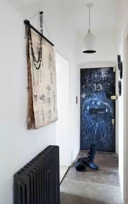 Акцентная стена в интерьере коридора.
